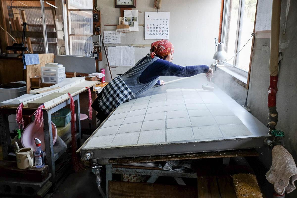 Séchage de washi sur plaque de métal (teppan) dans l'atelier de Kobayashi-san