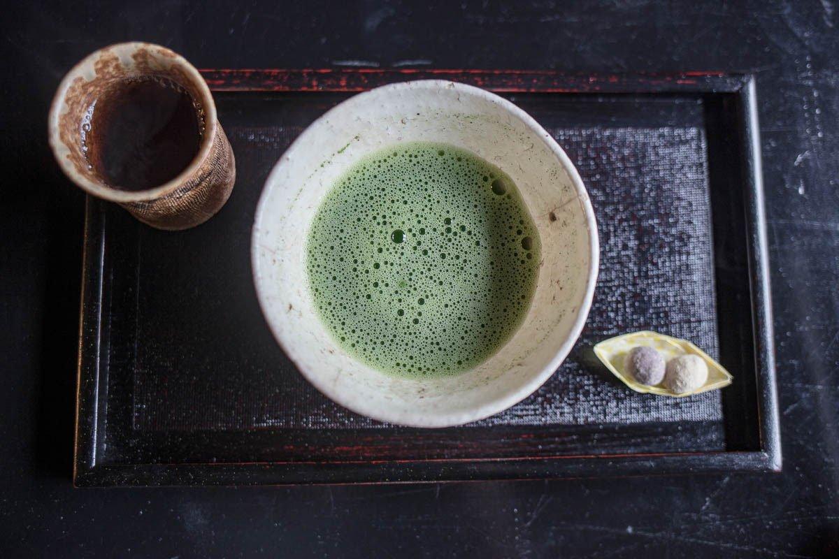 thé matcha fouetté et confiserie